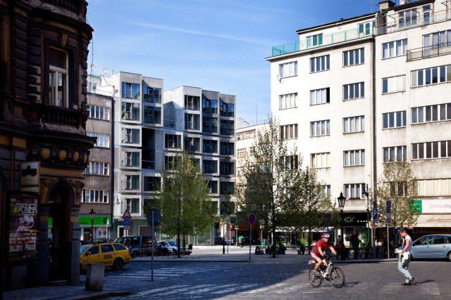 Bytový dům v Praze: Soukromý prostor k bydlení chytře propojený s veřejným prostorem – skrze společné lodžie a ochozy, otevřené prostory bytů i funkci tělocvičny v přízemí