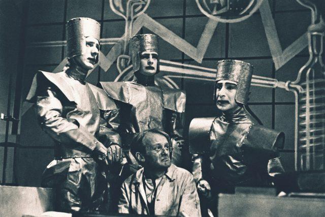 Scéna z R.U.R. Karla Čapka,  BBC Television | foto: Profimedia