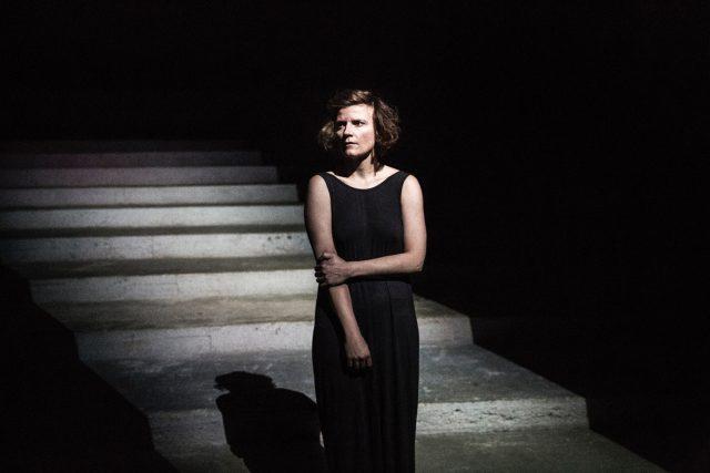 Anita Krausová v představení Bolest