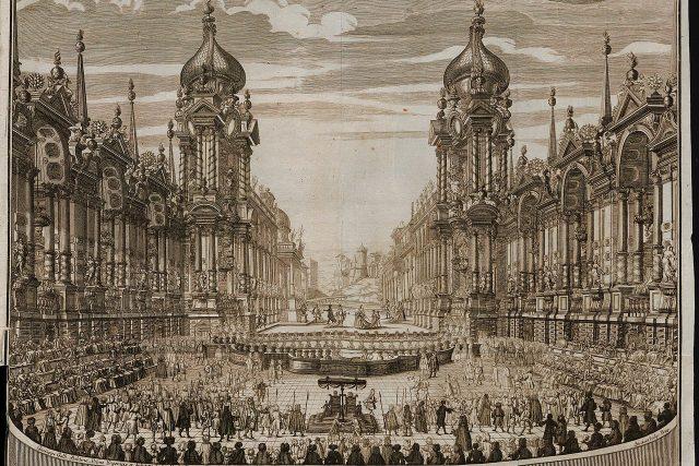 Pohled na scénu, která stála v prostoru letní jízdárny Pražského hradu, uprostřed pod baldachýnem sedí císařský pár
