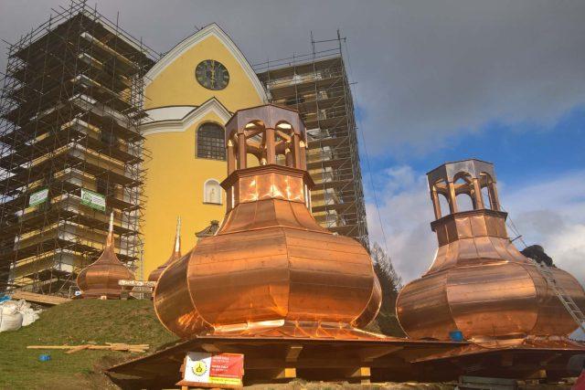 Nové báně a zvony ozdobí kostel Nanebevzetí Panny Marie v Neratově