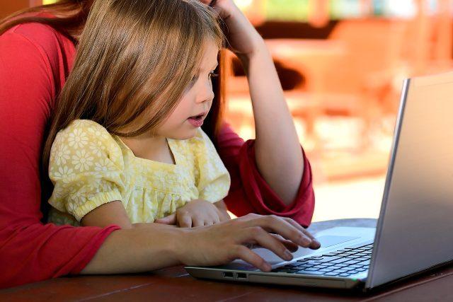 Dítě u počítače na domácí výuce