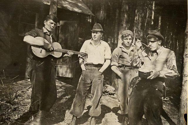 Před chatou v osadě Údolí hříchu na Berounce, 30. léta