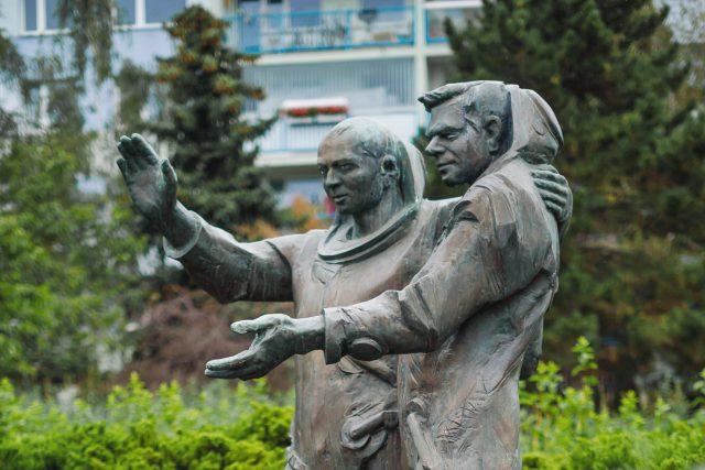 Sousoší kosmonautů Vladimíra Remka a Alexeje Alexandroviče Gubareva