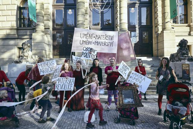 Manifest Mothers Artlovers 12. 10. 2019 před galerií Rudolfinum.