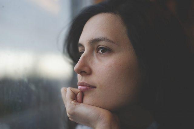 Přemýšlení, žena, okno