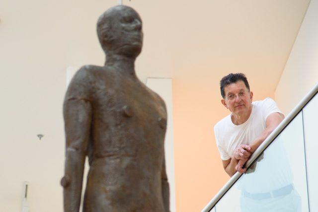 Antony Gormley s jedním ze svých objektů v galerii v Londýně | foto: Profimedia