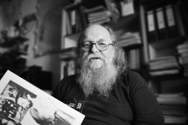 """František """"Čuňas"""" Stárek listuje samizdatovým časopisem Vokno   foto: Tomáš Vodňanský,  Český rozhlas,  Český rozhlas"""