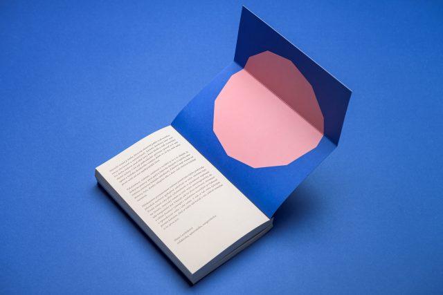 Kniha Americký román básnířky Yvety Shanfeldové
