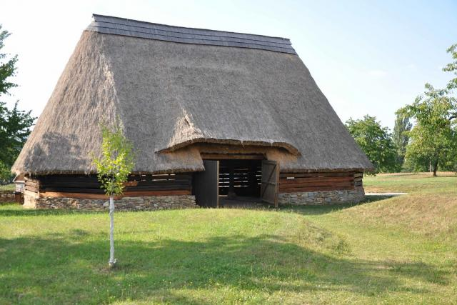 Desetiboká roubená stodola z Durdic u Votic ve skanzenu Kouřim