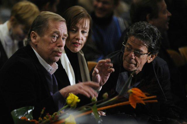 Bývalý prezident Václav Havel (vlevo), americký rockový zpěvák a kytarista Lou Reed (vpravo) a americká folková zpěvačka Suzanne Vega na slavnostním předání Ceny Jindřicha Chalupeckého