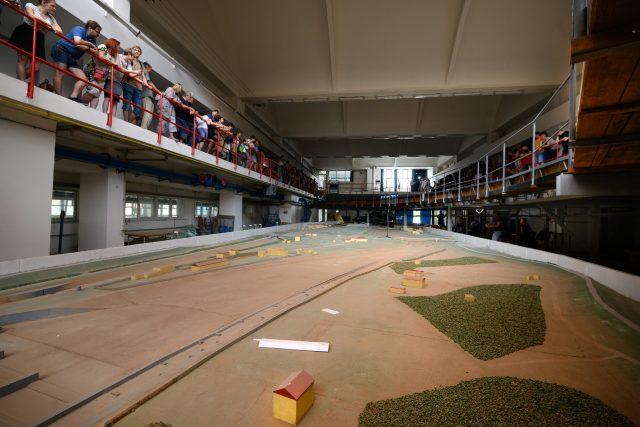 Zkouška sirén, hydraulická hala Výzkumného ústavu vodohospodářského v Podbabě