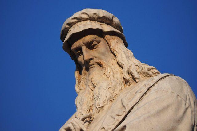 Socha Leonarda da Vinci na Piazza della Scala v Miláně