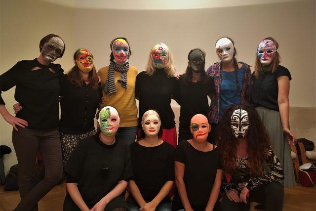 Účastnická skupina Zázemí při práci s maskami | foto: Zázemí - terapeutické centrum,  z. s.
