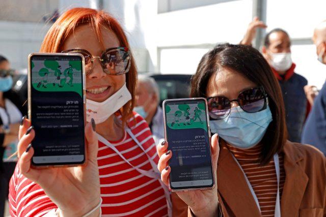 V Izraeli již funguje tzv. zelený pas,  s nímž lidé naočkovaní proti covidu-19 mohou navštívit například kulturní akce   foto: Profimedia