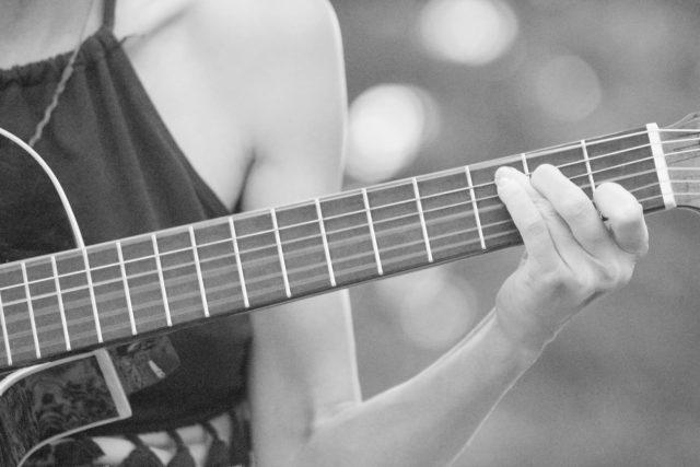 žena, kytara