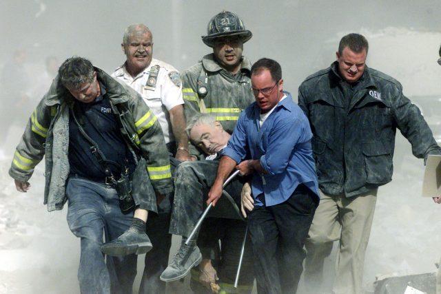 Záchranáři vynášejí P. Mychala Judge ze severní věže Světového obchodního centra po teroristických útocích z 11. září 2001 | foto: Shannon Stapleton,  Reuters