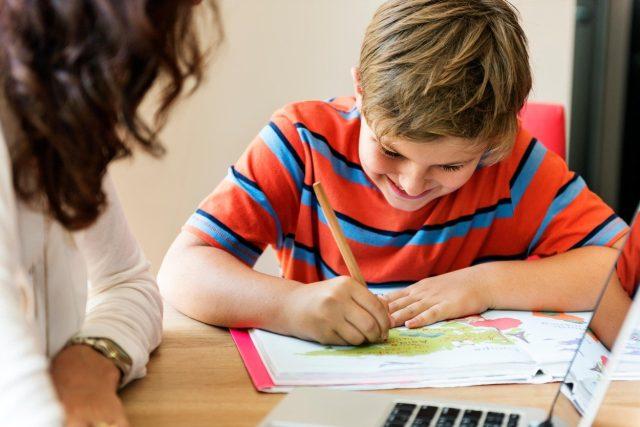 Školní docházka je v Německu povinná a zdarma, obvyklá délka základního vzdělání je 10 let. Přihláška na univerzitu je podmíněna nejméně 12 třídami. Domácí vzdělávání zakazuje zákon (ilustrační fotografie).