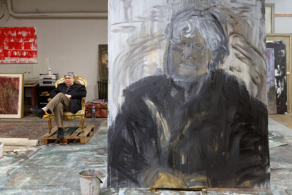 Richard Adam se svým portrétem v ateliéru Jakuba Špaňhela