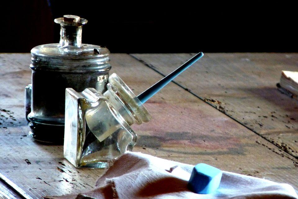 plnicí pero, inkoust, křída, stůl