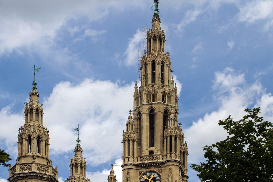 Věže vídeňské radnice (ilustrační foto)
