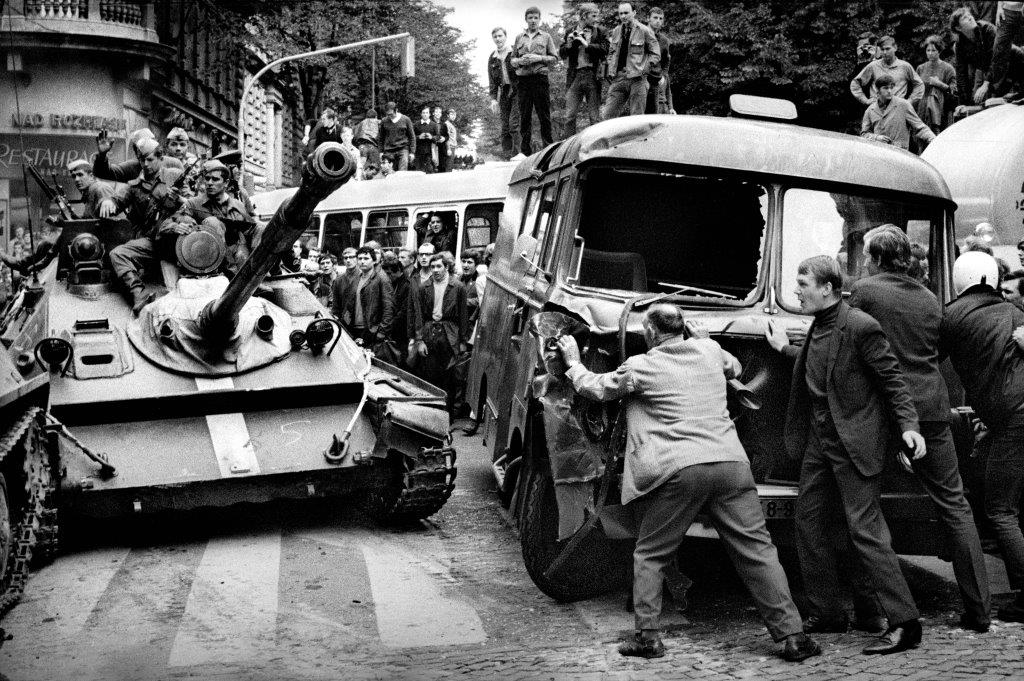 21. srpen 1968 před budovou Československého rozhlasu v Praze