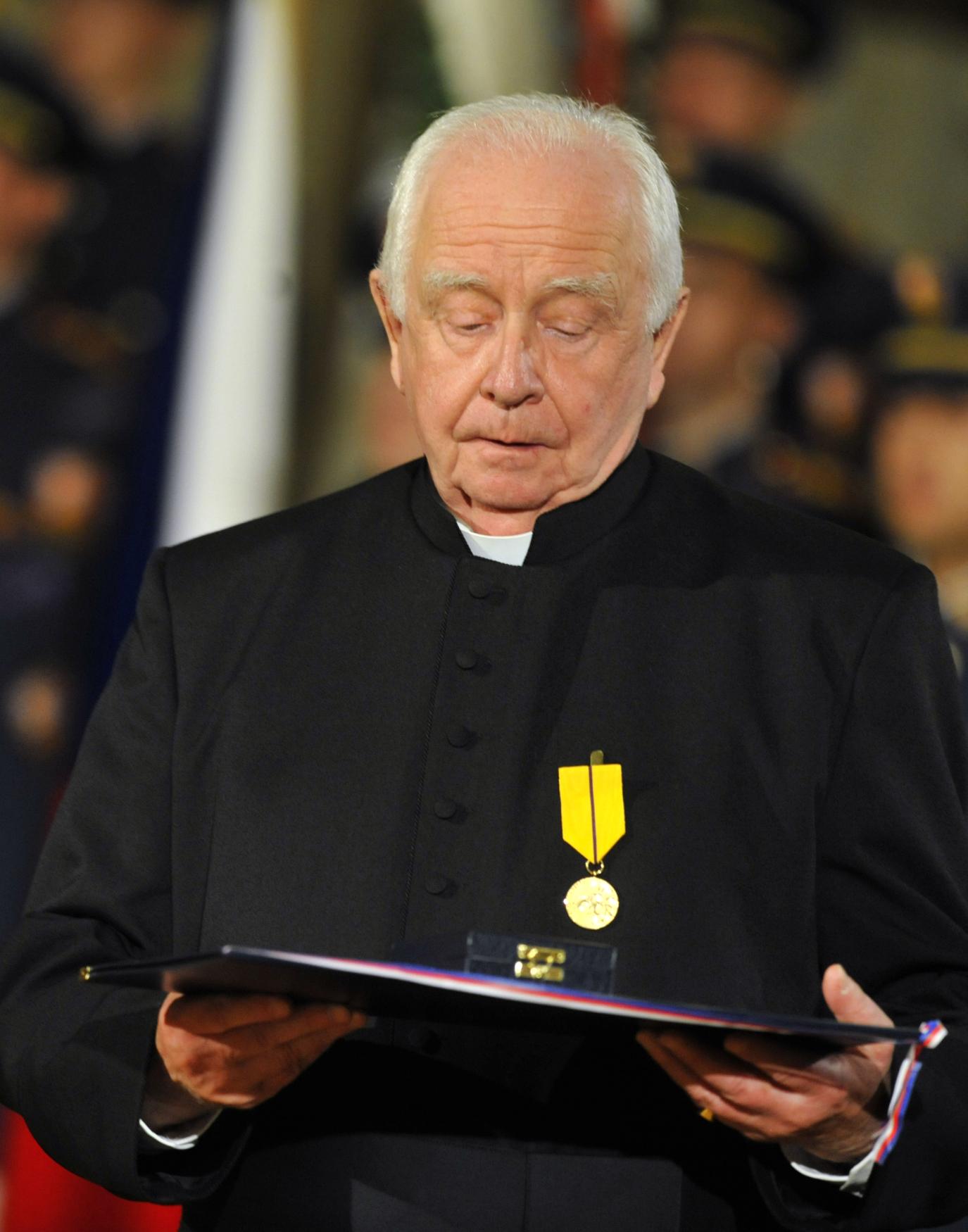 Kněz Petr Piťha získal v roce 2011 z rukou Václava Klause medaili Za zásluhy.