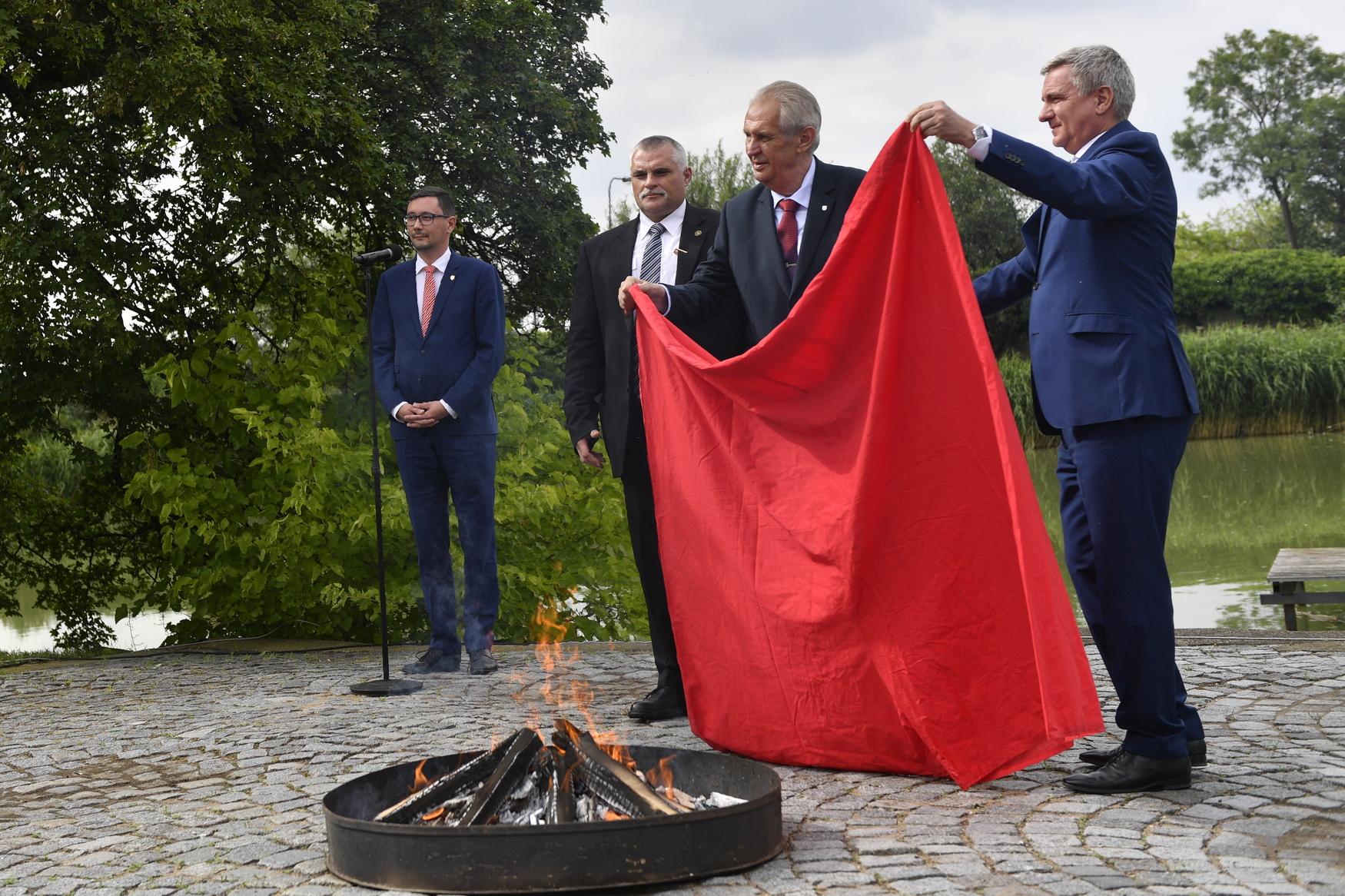 Prezident Miloš Zeman a kancléř Vratislav Mynář pálí červené trenýrky