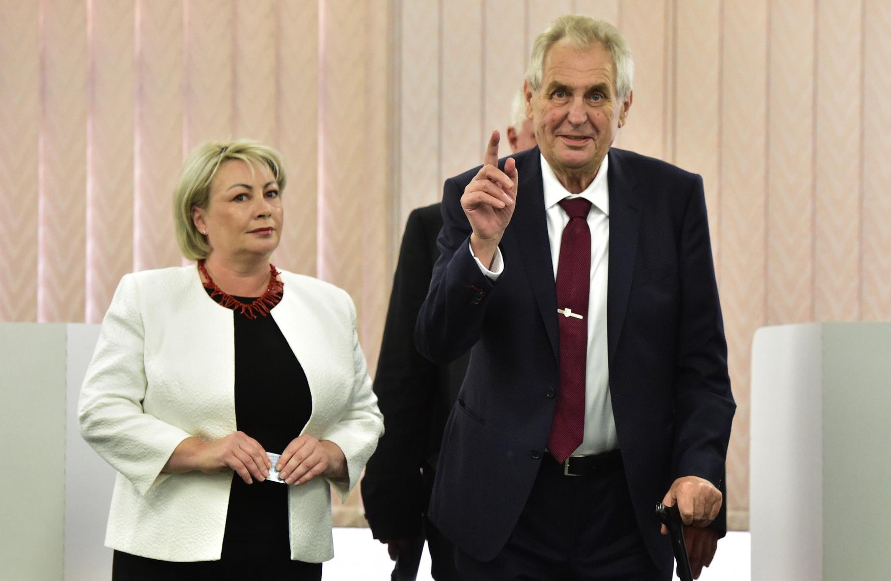 Prezident Miloš Zeman a první dáma Ivana Zemanová během komunálních voleb